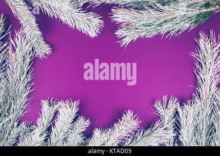 weihnachten tannenbaum grenze verschneiten wald hintergrund baum silhouette auf wei em. Black Bedroom Furniture Sets. Home Design Ideas