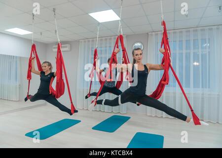 Schönen Sport junge Mädchen sind in entspannenden Yoga in der Luft. Fitness. Gesundheit Schönheit. - Stockfoto