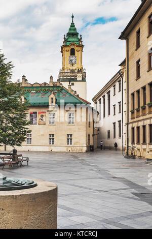Blick über die primaten Square (Primacialne namestie), um das alte Rathaus, eines der ältesten Gebäude in Bratislava, - Stockfoto