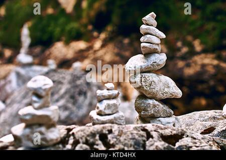 Zen - wie Pyramide der Steine in perfekter Balance auf der Rocky Mountains stream Ufer - Stockfoto