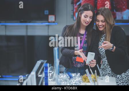 Leute einkaufen für neueste Handy und Tablet - Stockfoto