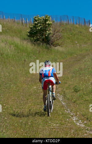 Man Radfahren in Sibillini Mountains National Park in der Nähe von Castelluccio Di Norcia, Umbrien, Italien - Stockfoto