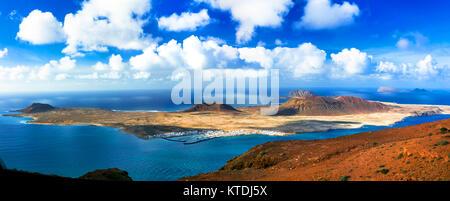 Beeindruckende Vulkanlandschaft, Blick vom Mirador del Rio, Insel Lanzarote, Spanien. - Stockfoto