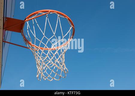 Closeup Basketballkorb, Korb mit weißem Netz und blauer Himmel im Hintergrund - Stockfoto