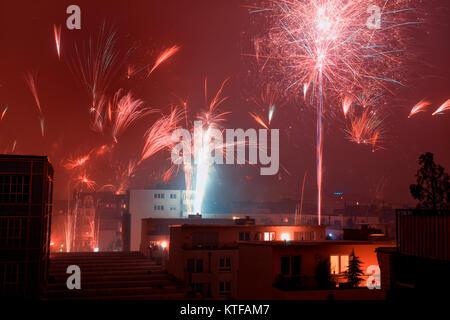 Buntes Feuerwerk zu Silvester in Köln, Deutschland. - Stockfoto