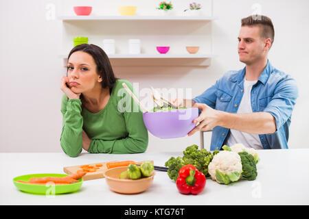 Junges Paar kochen in Ihrer Küche. - Stockfoto