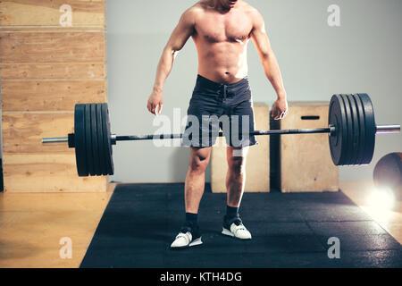 Bodybuilder Tropfen schwere Langhantel Gewichte während der Ausbildung - Stockfoto