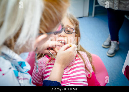 Erschrocken süßes kleines Mädchen mit offenen Mund ist Zahnarzt, Zahnpflege. - Stockfoto