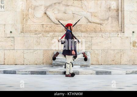 """Athen, Griechenland - November 1, 2017: Ändern der Präsidentengarde (die so genannte """"Evzones') Vor dem Denkmal - Stockfoto"""