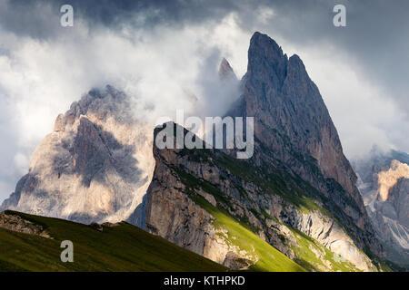 Seceda Berg und die Geisler Spitzen. Die Grödner Dolomiten in Südtirol. Naturpark Puez-Geisler. St. Ulrich. Italienische - Stockfoto