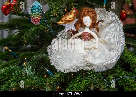 Traditionelle Weihnachtsbaum Märchen von Tobias und der Engel mit Kleid von Vintage Lace, England, Großbritannien - Stockfoto