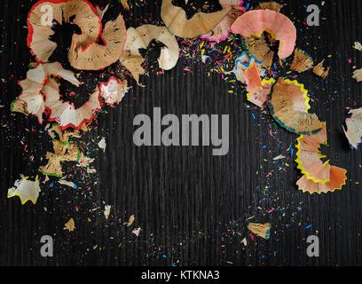 Helle farbige Abstraktion auf einem dunklen Hintergrund. Chips von buntstiften. - Stockfoto