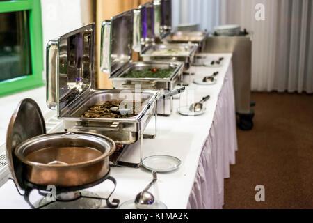 Party-Brunch mit großen Buffet Essen Fleisch Gemüse - Stockfoto