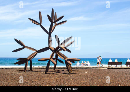 Touristen neben dem großen Stahl cactus Skulptur an der Promenade der Kanarischen Inseln Playa de las Americas Teneriffe - Stockfoto