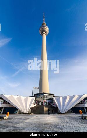 Konkrete Flügel an der Basis der Fernsehturm Pavillon von Walter Herzog und Heinz Aust, Panoramastrasse, Berlin, - Stockfoto