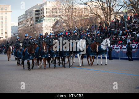 WASHINGTON, D.C. - eine Mannschaft von reitschulen Distrikt von Columbia Polizisten folgt die Fahrzeugkolonne des - Stockfoto