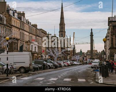 Ein Blick auf die George Street in der New Town von Edinburgh - Stockfoto