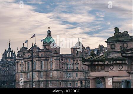 Architektonische Details der historischen Gebäude in der Altstadt von Edinburgh. - Stockfoto