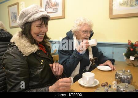 Rentner in Kaffee, Lachen - Stockfoto