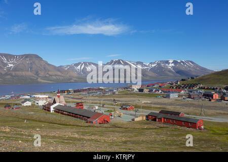 Blick über die Stadt Longyearbyen im Sommer, Svalbard/Spitzbergen - Stockfoto