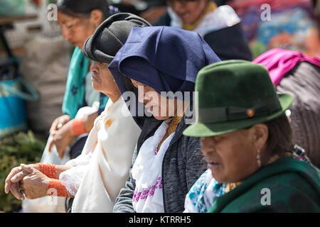 Otavalo, Ecuador-December 23, 2017: Nahaufnahme von indigenen Frauen, die Tradition der Kleidung - Stockfoto
