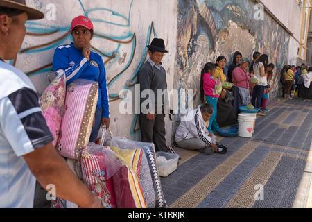 Otavalo, Ecuador-December 23, 2017: die Menschen Abkühlung im Schatten an einem heißen Tag - Stockfoto