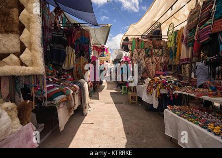 Otavalo, Ecuador-December 23, 2017: Nahaufnahme einer indigenen Maske für den Verkauf in der Artisan Markt - Stockfoto
