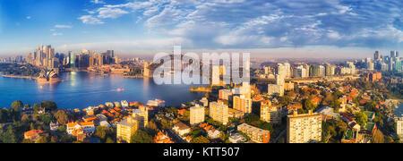 Hafen von Sydney mit Harbour Bridge und die Innenstadt Sehenswürdigkeiten aus Kirribilli Vorort und North Sydney - Stockfoto