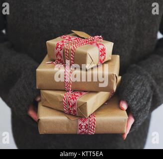 Frau mit einem Stapel von verpackten Weihnachtsgeschenke - Stockfoto