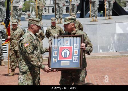 US Army Major General Steven Ferrari präsentiert ein Geschenk zum Generalmajor Harry Miller, der ehemalige Kommandant - Stockfoto