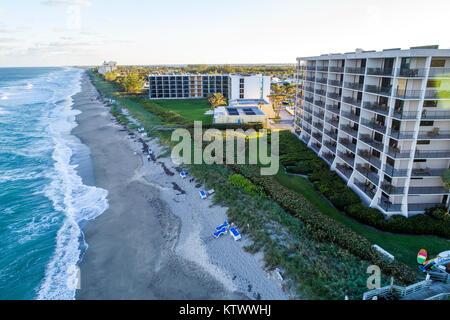 Hutchinson Island Jensen Beach Florida Barrier island Atlantik Wasser Wellen surfen hohe Condominium Gebäude hotel - Stockfoto