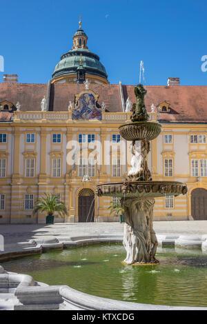 Springbrunnen im Innenhof der Abtei, Melk, UNESCO-Weltkulturerbe, Lower Austria, Austria, Europa - Stockfoto