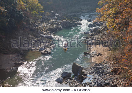 Kyoto, Japan - 28. NOVEMBER 2017: Ansicht von Oben Reisender auf dem Boot in Hozu-gawa River von Torokko Hodukyo - Stockfoto