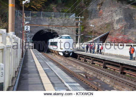 Kyoto, Japan - 28. NOVEMBER 2017: Reisende warten am Bahnhof Plattform von Hozukyo Station, Kyoto Japan - Stockfoto