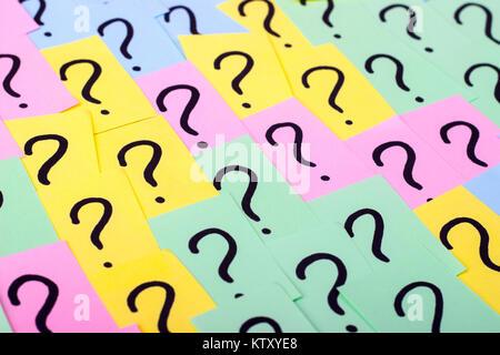 Fragezeichen. Farbiges Papier Notizen mit Fragezeichen. Konzept-Bild. Closeup. - Stockfoto