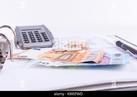 """Prüfen Sie mit der Anwendung """"Rechner"""" und zahlen Sie die Rechnung mit Geld - Stockfoto"""