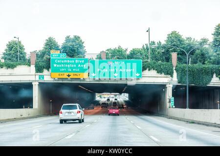 Philadelphia, USA - 11. Juni 2017: Straße und Straße Autobahn in Pennsylvania mit viele Autos im Verkehr, Zeichen - Stockfoto