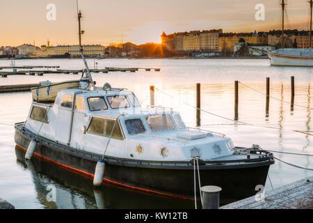 Helsinki, Finnland. Marine Boot, Motorboot vertäut an Liegeplätzen in den Sonnenaufgang im Winter morgens. - Stockfoto