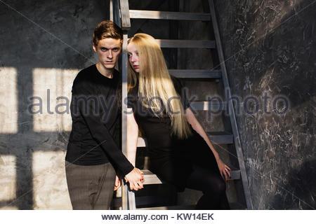 Ein junger Mann und eine junge blonde Frau mit langen Haaren. Probleme und Schwierigkeiten in den Beziehungen. Schwierige - Stockfoto