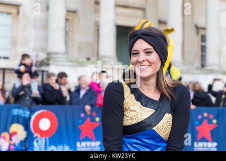 Trafalgar Square, London, 30. Dezember 2017. Die Corning Painted Post High School Marching Band geben ein begeisterter - Stockfoto