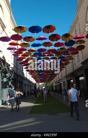 Sonnenschirme in Badewanne Einkaufszentrum Gehweg im Sommer hängen - Stockfoto