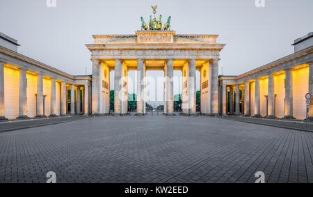Klassische Panoramablick auf das historische Brandenburger Tor, Deutschlands berühmteste Sehenswürdigkeit und ein - Stockfoto