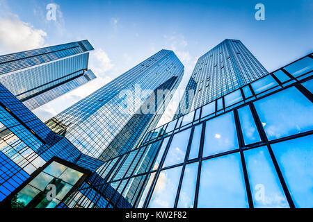 Unteransicht des modernen Wolkenkratzern im Geschäftsviertel gegen blauen Himmel - Stockfoto