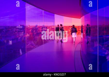 Besucher genießen die Rainbow Panorama von Aarhus im Kunstmuseum Aros. Das Museum ist die am zweithäufigsten in Dänemark besucht. Stockfoto