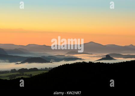 Morgen Stimmung im Elbtal vor Lausitzer Bergland, Elbsandsteingebirge, Morgenstimmung im Elbtal vor Lausitzer Bergland - Stockfoto