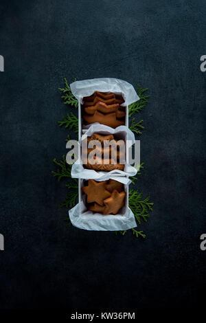 Weihnachten Lebkuchen Cookies im Plastiketui Geschenk festliches Gebäck Top view Dark Photo. Gedeckter Tisch mit - Stockfoto