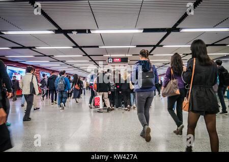 Pendler in einer MTR-Bahnhof in Hongkong während der Hauptverkehrszeiten. Stockfoto