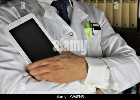 Ein Konzept Bild von einem Arzt mit einem Tablett in der Hand - Stockfoto