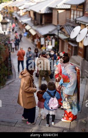 Zwei Maiko, Geisha Auszubildende, in bunten Kimono auf einer alten Straße in Kyoto, Kyoto, Japan 2017. - Stockfoto