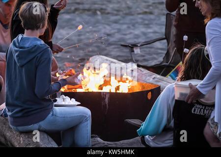 Marshmallows rösten, Alki Beach, Seattle, Washington, USA - Stockfoto